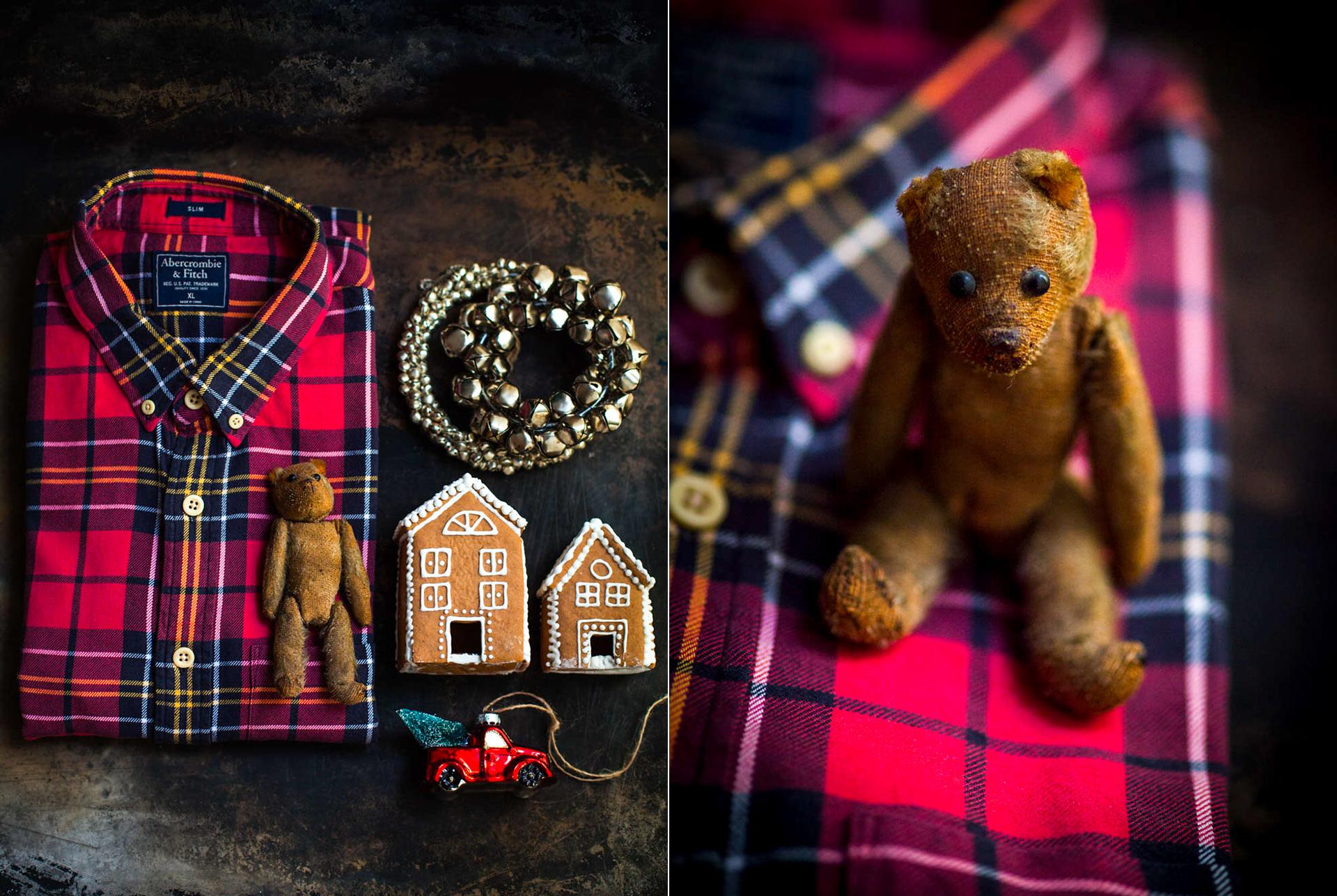 weihnachtliches Arrangement mit einem karierten Hemd, kleinen Teddybaer, Lebkuchenhaeuser, Weihnachtsanhaenger und Gloeckchen fotografiert von Katrin Winner und Stylistin Suse Vollmar