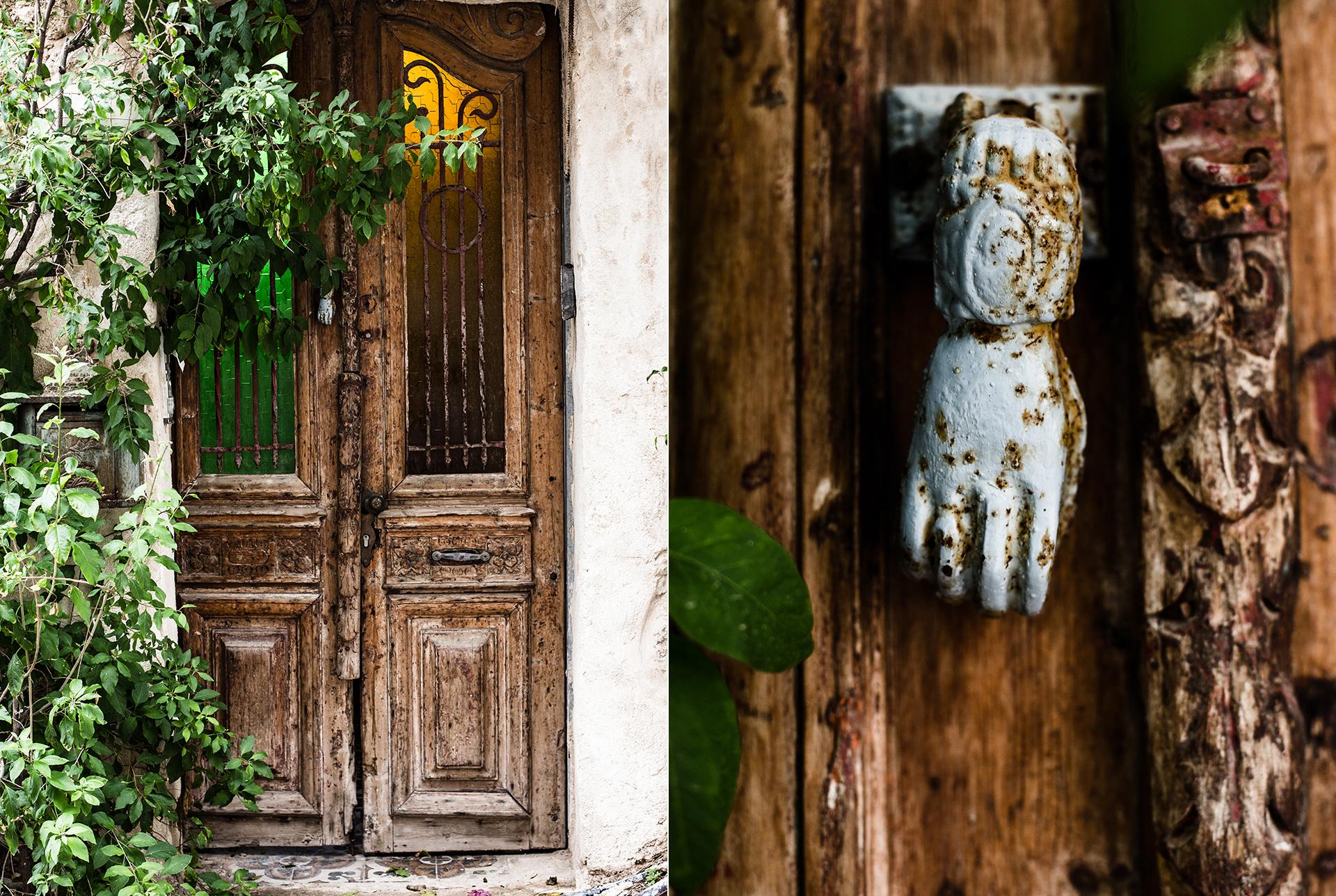 alte Haustuer und verwitterter Tuerknopf in einer Gasse in TelAviv