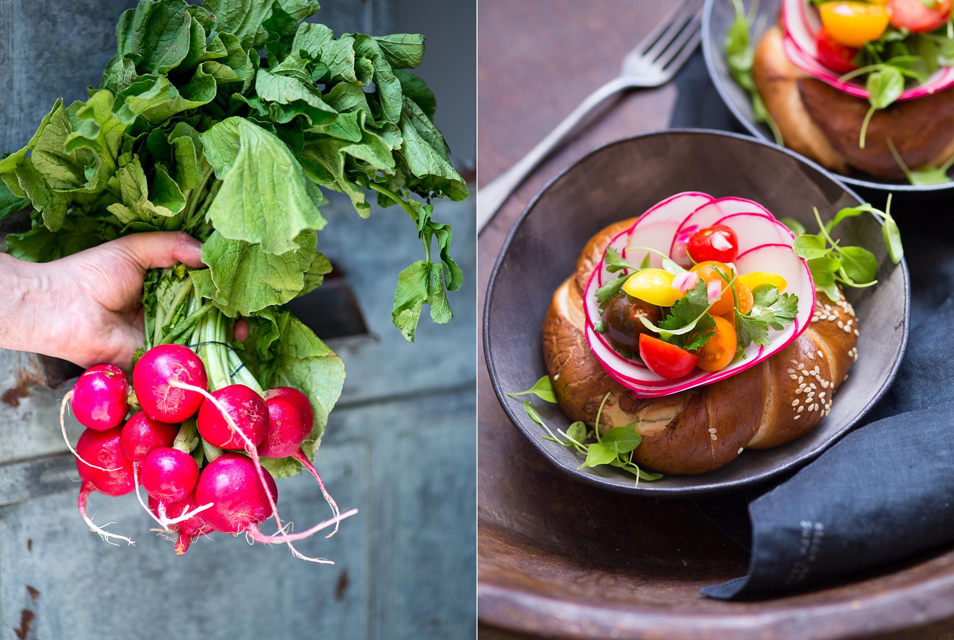 Mann haelt ein Bund Radieschen. Juedisches Brot mit duenn geschnittenen Radieschenscheiben, bunte Tomaten und Salatblaettchen